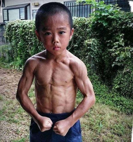 Choang voi truyen nhan 6 tuoi bung 6 mui cua Ly Tieu Long - Anh 2