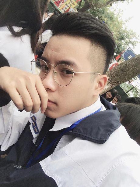 Cap dong tinh nam cau hon tren pho di bo o HN - Anh 8