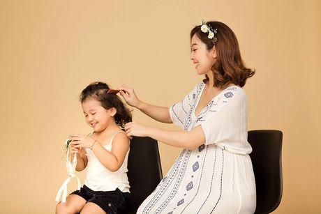 Jennifer Pham khoe bung bau 7 thang chup anh cung con gai - Anh 3