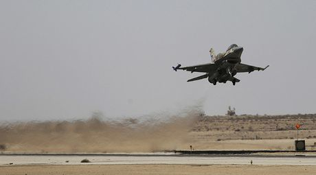 Chien dau co Israel bat ngo ban thang vao gan 'dau nao' cua Assad - Anh 1