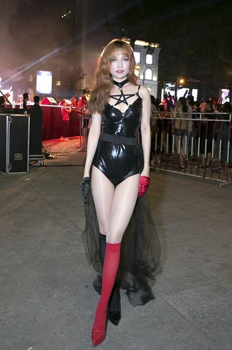 Si Thanh dien do da bo sat khoe ve sexy triet de - Anh 1