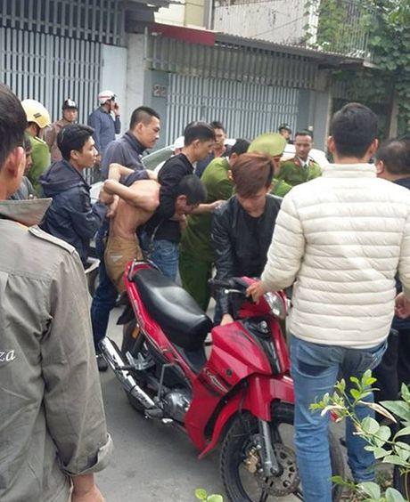Cong an no sung khong che doi tuong om binh gas co thu - Anh 1