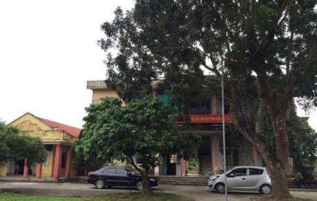 Bat qua tang Hieu pho truong tieu hoc cung Bi thu xa trong nha nghi - Anh 1