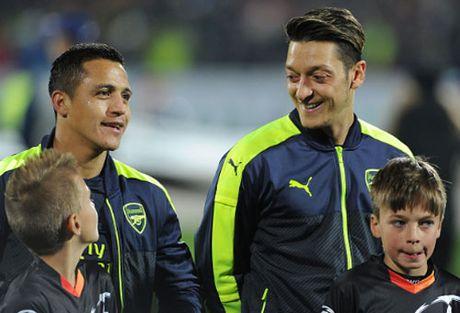 Ozil khong kien tao la…phuc lanh cho Arsenal - Anh 2