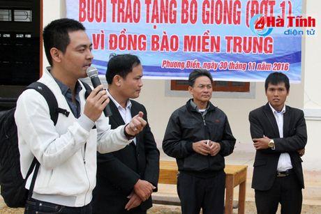 MC Phan Anh trao bo cho ba con vung lu Huong Khe - Anh 4