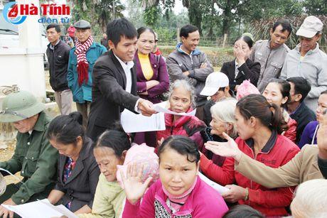 MC Phan Anh trao bo cho ba con vung lu Huong Khe - Anh 6