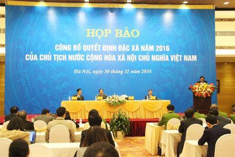 Hon 4.000 nguoi chinh thuc duoc dac xa - Anh 1