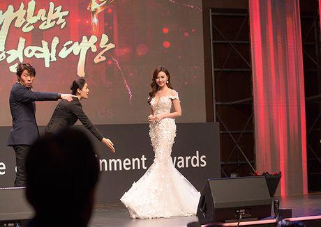 Midu bat ngo nhan giai dien vien Chau A xuat sac tai Korean Culture Entertainment Awards 2016 - Anh 4