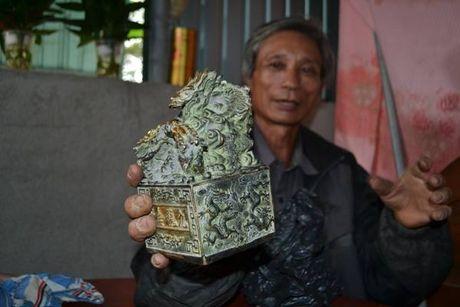 Dao dat trong vuon bat ngo phat hien 'vat the la' bang kim loai - Anh 1