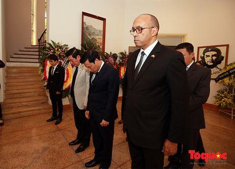 Bo truong Bo VHTTDL den vieng co Chu tich Fidel Castro - Anh 3