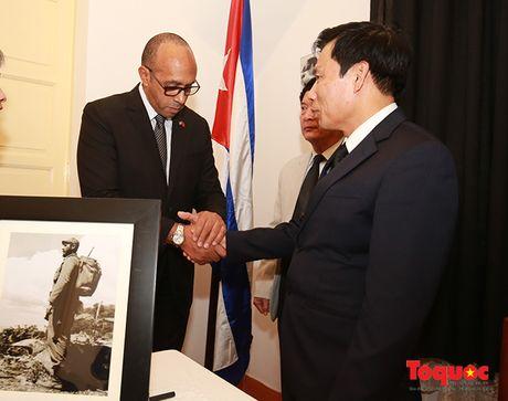 Bo truong Bo VHTTDL den vieng co Chu tich Fidel Castro - Anh 5