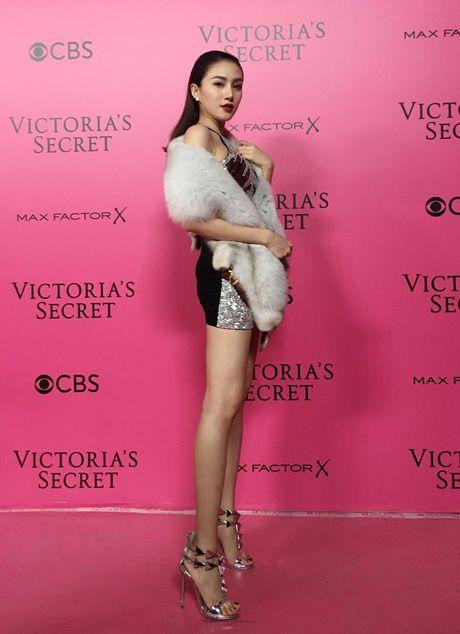 Le Ha, Ngoc Duyen vao hau truong Victoria's Secret Show - Anh 2