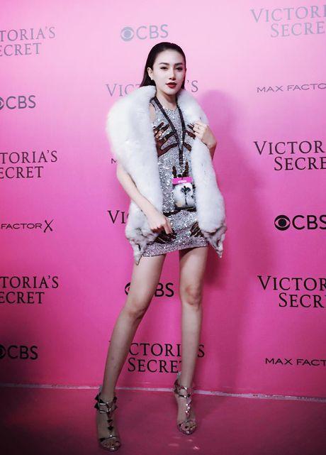 Le Ha, Ngoc Duyen vao hau truong Victoria's Secret Show - Anh 3