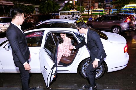 Angela Phuong Trinh duoc dan ve si ho tong khi ra mat phim - Anh 1