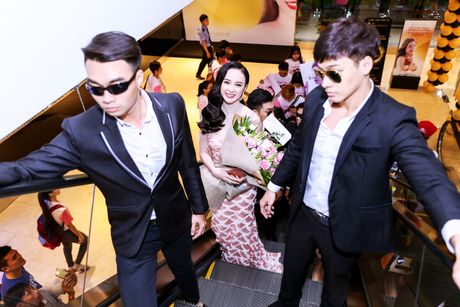 Angela Phuong Trinh duoc dan ve si ho tong khi ra mat phim - Anh 3
