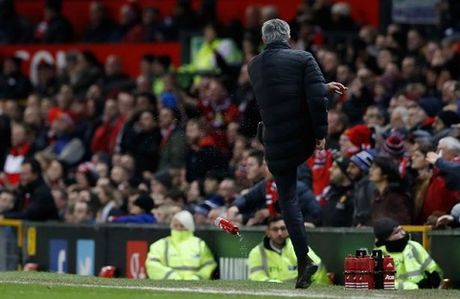 Mourinho 'TI NANH' voi Wenger vi bi FA phan biet doi xu - Anh 1