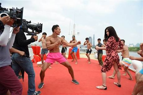 Diep Lam Anh bat ngo bi Thai Hoa vo trong 'Ve si Sai Gon' - Anh 5