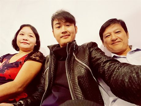 Showbiz 30/11: Em trai Thanh Duy trai long, Hoac Kien Hoa thai do kho chap nhan - Anh 2