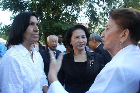 Chu tich Quoc hoi dat vong hoa tai tuong dai Ho Chi Minh o Cuba - Anh 9