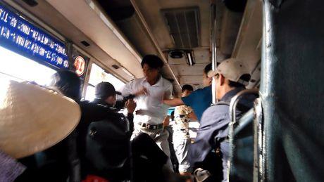 Xu ly nhung ke hanh hung, moc tui khach di xe buyt tren Quoc lo 1 - Anh 1