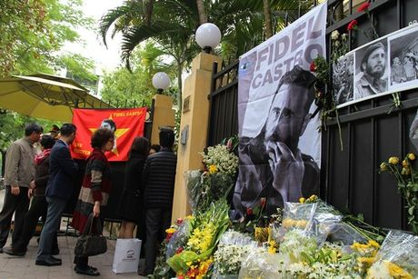 Nhan dan Viet Nam tuong nho lanh tu Cuba Fidel Castro - Anh 1