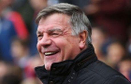 Carrick dua dan em len may sau chien thang truoc West Ham - Anh 4