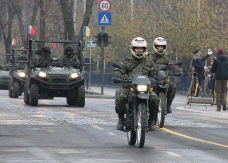 Chiem nguong dan tang, phao 'khung' Quan doi Romania duyet binh - Anh 12
