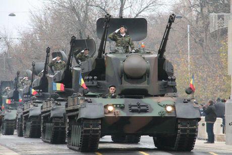 Chiem nguong dan tang, phao 'khung' Quan doi Romania duyet binh - Anh 15