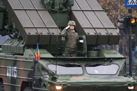 Chiem nguong dan tang, phao 'khung' Quan doi Romania duyet binh - Anh 2