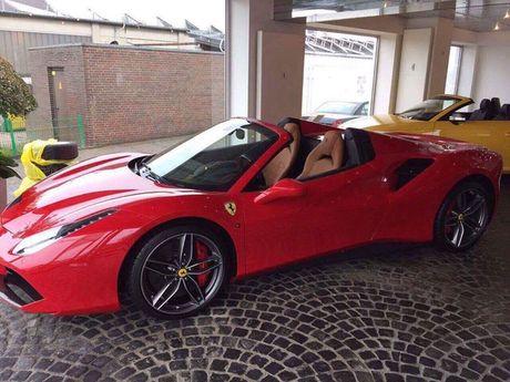 'Soi' sieu xe Ferrari 488 Spider qua canh sap ve Viet Nam - Anh 2