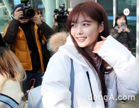 Taeyeon, Kim Yoo Jung dep tua thien than tai san bay di du MAMA 2016 - Anh 10