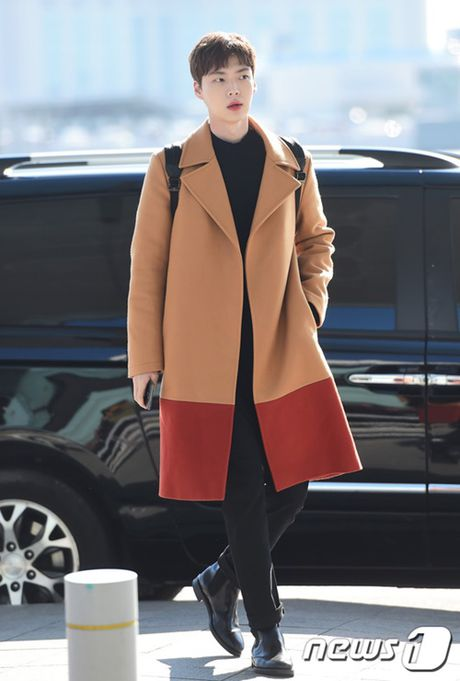 Taeyeon, Kim Yoo Jung dep tua thien than tai san bay di du MAMA 2016 - Anh 12