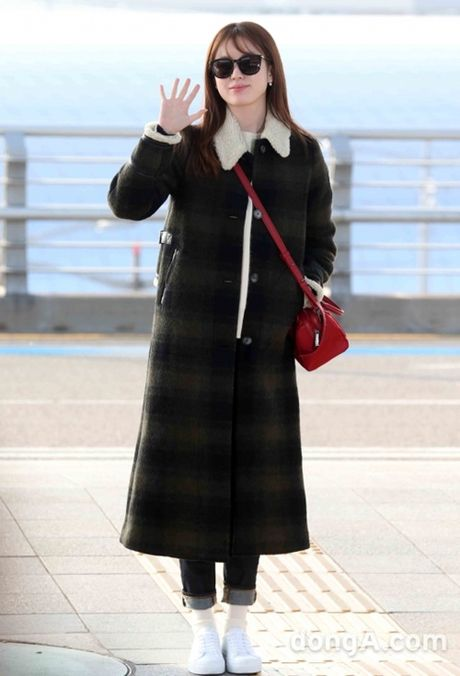 Taeyeon, Kim Yoo Jung dep tua thien than tai san bay di du MAMA 2016 - Anh 9