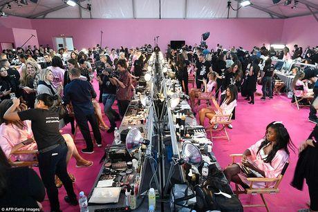 """Bong mat"" voi loat anh hau truong Victoria's Secret Fashion Show 2016 - Anh 12"