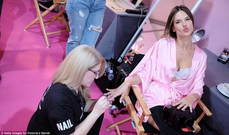 """Bong mat"" voi loat anh hau truong Victoria's Secret Fashion Show 2016 - Anh 1"