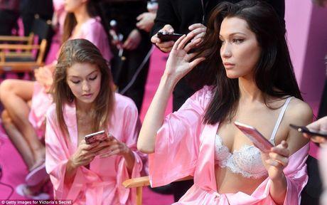 """Bong mat"" voi loat anh hau truong Victoria's Secret Fashion Show 2016 - Anh 20"
