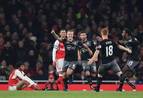 Arsenal thua soc, Man United vao ban ket Cup Lien doan - Anh 10