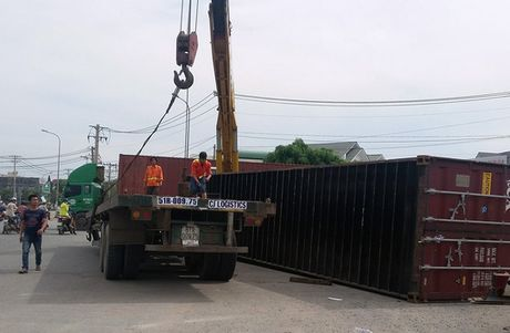 Thung container roi, vong xoay Phu Huu nao loan - Anh 1