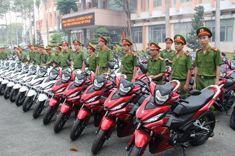 Trao 100 mo to cho Cong an Binh Duong de phong chong toi pham - Anh 1