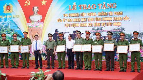 Trao 100 mo to cho Cong an Binh Duong de phong chong toi pham - Anh 2