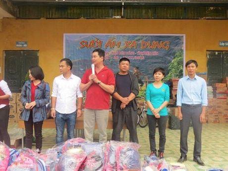 Vien Tham my Eva phoi hop trao qua 120 trieu dong cho hoc sinh Dien Bien - Anh 1