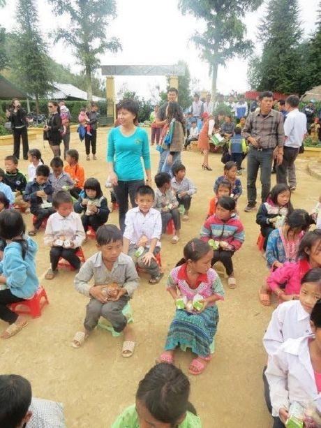 Vien Tham my Eva phoi hop trao qua 120 trieu dong cho hoc sinh Dien Bien - Anh 4