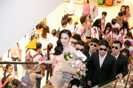 Angela Phuong Trinh duoc hang chuc ve si ho tong - Anh 3