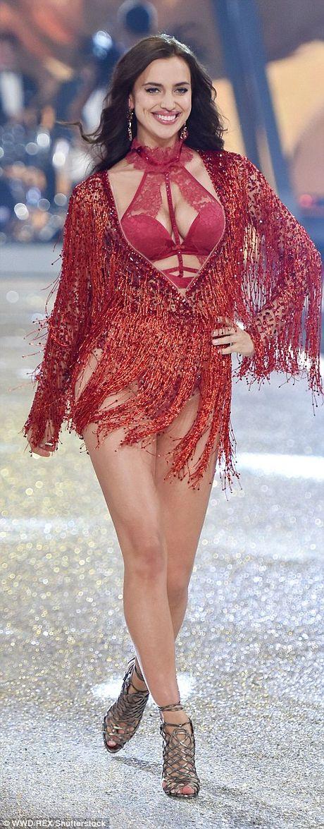 Dang mang bau, Irina Shayk van quyen ru khi trinh dien Victoria's Secret - Anh 3