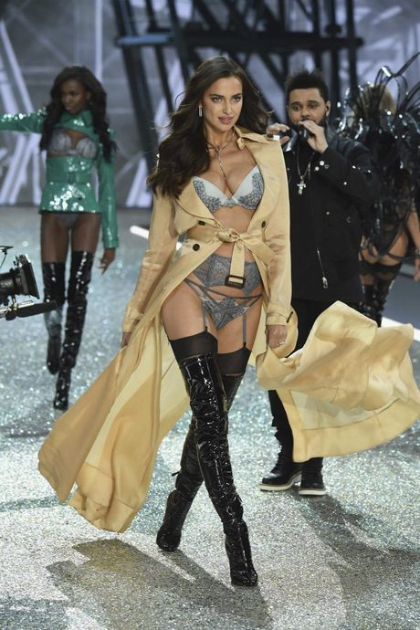 Dang mang bau, Irina Shayk van quyen ru khi trinh dien Victoria's Secret - Anh 4