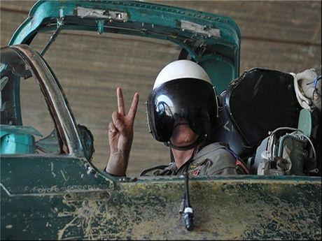 Khong luc Syria doi bom thieu rui hang chuc xe cho dau cua IS o Deir Ezzur - Anh 1