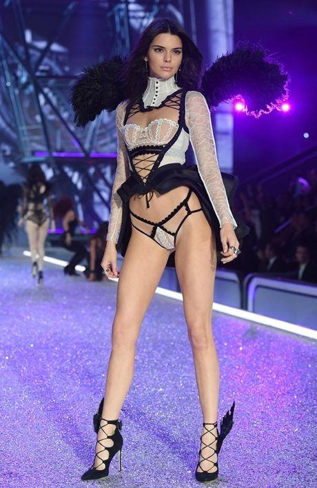 Anh 'cuc nong' cua dan thien than trong Victoria's Secret Fashion Show 2016 - Anh 3