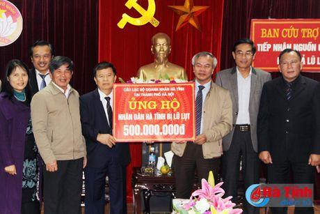 CLB Doanh nhan Ha Tinh tai Ha Noi trao 500 trieu dong cho nguoi dan vung lu - Anh 1