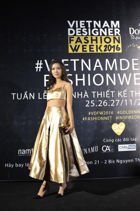 "Nhung bo canh quyen ru tren tham do ""Vietnam Designer Fashion Week Fall - Winter 2016"" - Anh 1"