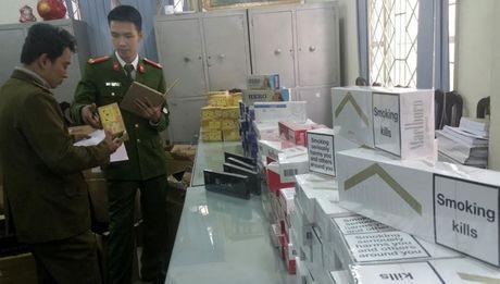 Triet pha kho hang chua hon 6.000 bao thuoc la lau - Anh 1